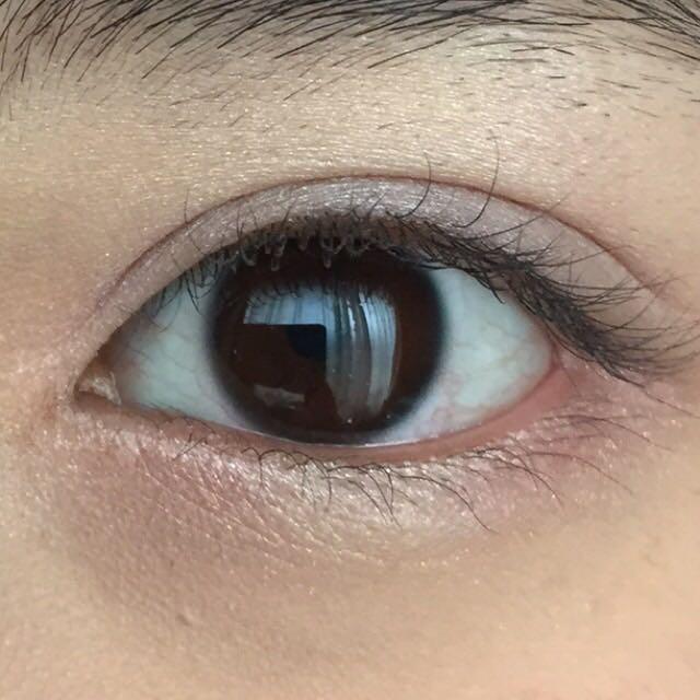 下まぶたには、Cのカラーを目頭と目尻にのせます。 そして、その間にDのカラーをのせます。 眉下全体にものせます。