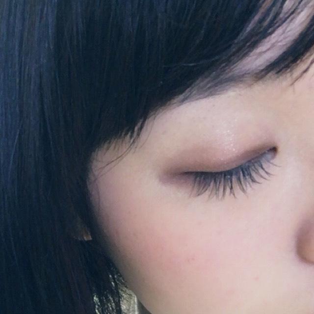 黒のライナーで目頭から目尻にかけてラインを引いて、なじませるようにさっきつかったシャドウの一番下の色を上から塗る