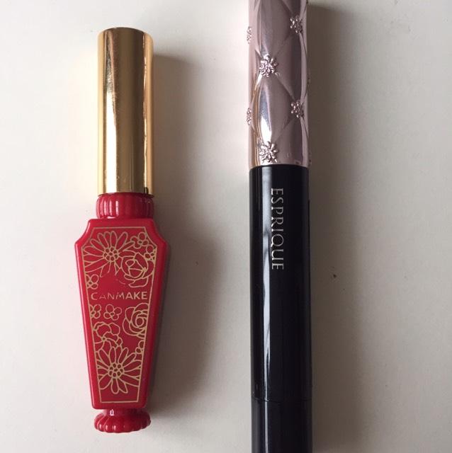 リップは、右を塗ってから内側に左のティントをのせます。 右は、エスプリークのリップで、左はキャンメイクのティントです。