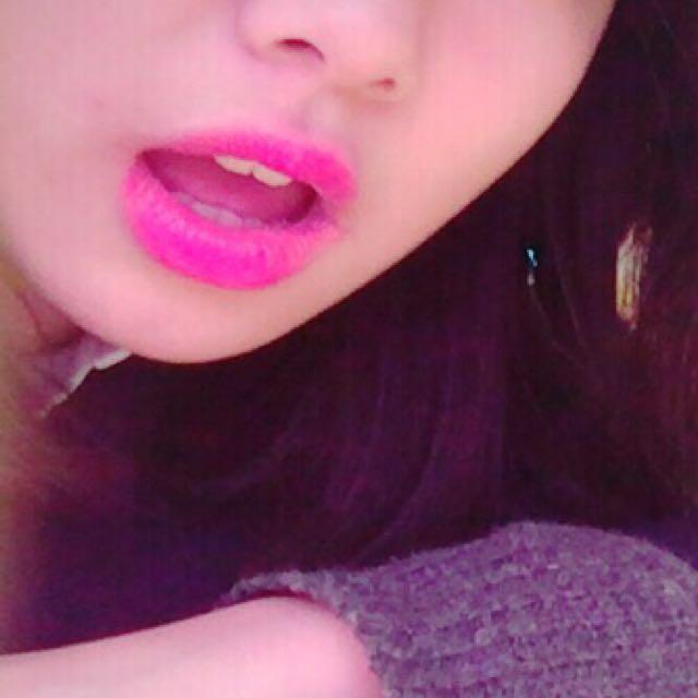 ★リップ kateのccリップクリームピンクを塗る。赤が人気ありますが、濃くなりすぎちゃうのでピンクオススメです! そのあとにレブロンのリップスティック20番をひと塗りする。色が濃いので塗りたくるとケバくなります。かるーくひと塗りして、上唇と下唇をむにーってやります。少しティッシュで落としても○