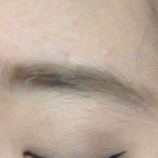 眉毛は、パウダーでふわっとかき、眉マスカラでカラーリングしていきます。