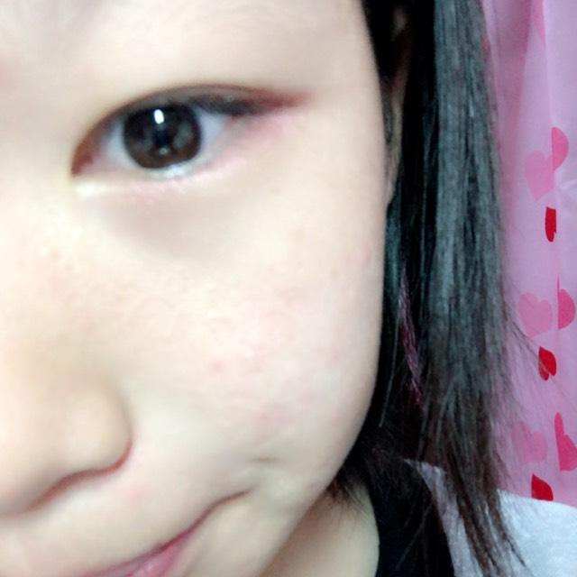 ②したまぶたの目尻の方を アイシャドーの濃いピンクをぬりましょ。目頭の方はぬらないでね。