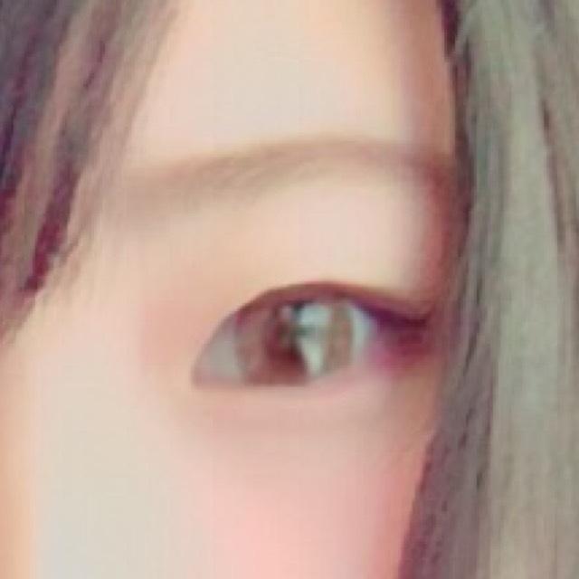 ⑴カラコンはペールブラウンを使用してます  ⑵眉毛は明るめに  ⑶アイシャドウは目じりに濃いめのブラウンを、下まぶたにはピンクの色をのせます  ⑷アイラインは跳ね上げに