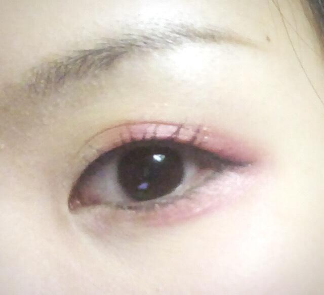 赤っぽいアイシャドウ、もしくは赤リップを代用して上まぶた、下まぶたの目尻側に色を足します。