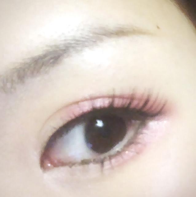 最後に目頭に白いアイシャドウを入れて完成です。眉毛は私はいつも適当です。
