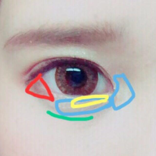 写メの通りです! 赤は二色混ぜ黒目の淵のところまで三角を作ります。  緑はニコッと笑った時にできる影にアイブローで涙袋の線を書きます  そして上はブラウン下は黒のマスカラをつけます