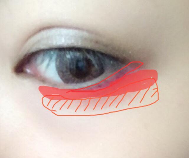 オレンジシャドーをを目の下まぶたにがっつり広範囲にします。 その赤の塗りつぶしたところに赤シャドーでぼかします。 目のラインのところに赤のペンシルライナーで囲みます。