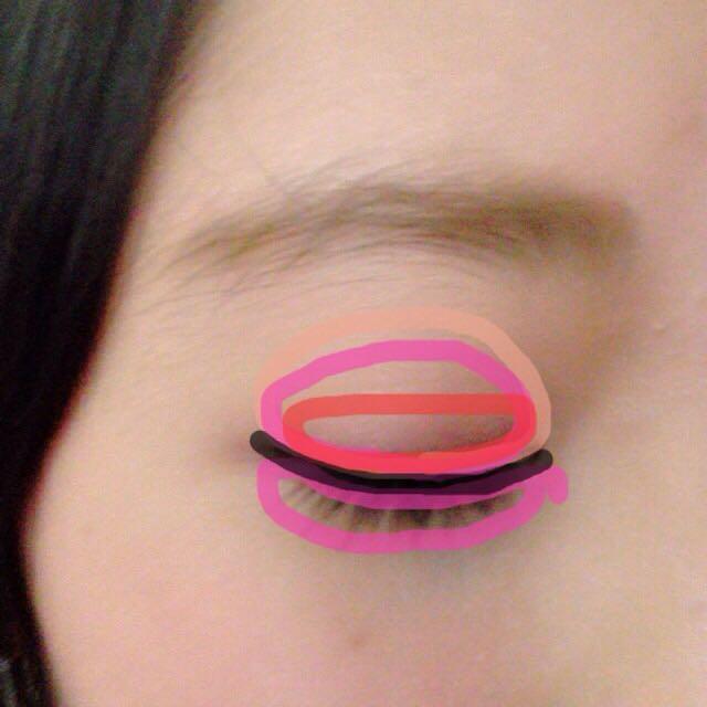 肌色↪︎マジョリカマジョルカのシャドーカスタマイズBE121 黒色↪︎ブラックのアイライン  ピンクのシャドーは囲み目っぽくします。  アイラインは3mmほど、目の形に沿って延長させます。