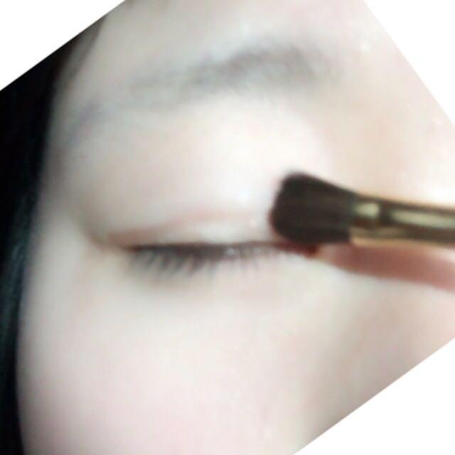 まずアイシャドウを塗っていきます! アイシャドウベースを瞼全体にぬって、その後、明るい茶色を二重をラインにのせます!