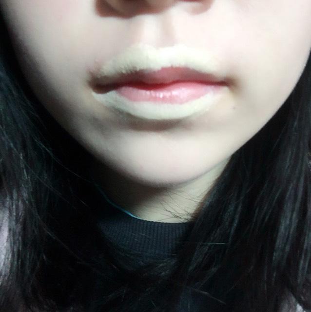口の輪郭をコンシーラーで消します。