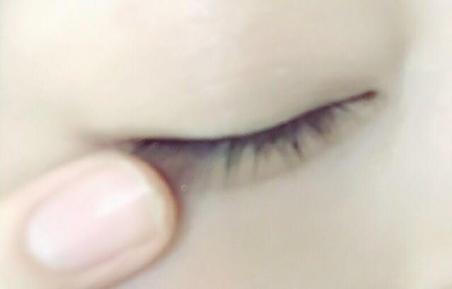 まず、リンメルのアイシャドウの右側の真ん中の色を、瞼と涙袋に指で薄く広げます。