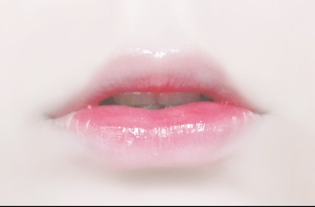 唇の色をファンデーションかコンシーラーで消します  唇の内側からどんどん薄く塗ってください