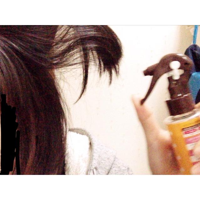 まず、髪全体が湿るくらいまでミストを吹きかけます。この時、内側もしっかり吹きかけてください。その後、1度櫛でといて馴染ませてからドライヤーで完全に乾かします。