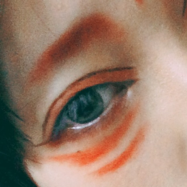 2.眉毛を赤の口紅を筆にとって目の3分の2くらいまでの長さで、目頭のほうが太くなるように書きます。 その筆に残ってる赤で二重幅も赤く塗ります。
