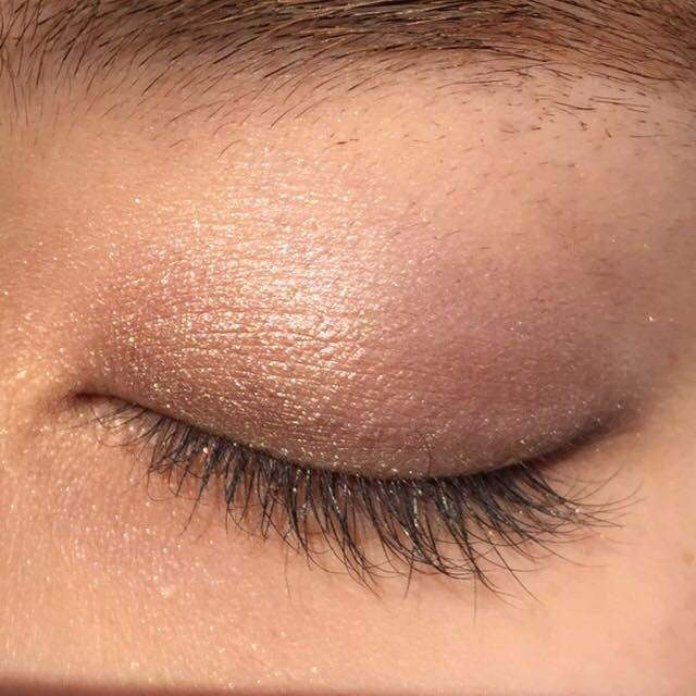 Cの1番濃いカラーを目のキワにいれていきます。 そして、下まぶたの目尻側にもいれます。