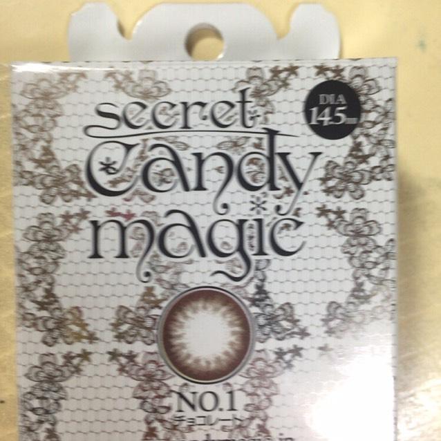最後にビューラーでまつ毛をあげます!  わたしはキャンディーマジックのチョコレートのカラコンを使っています!