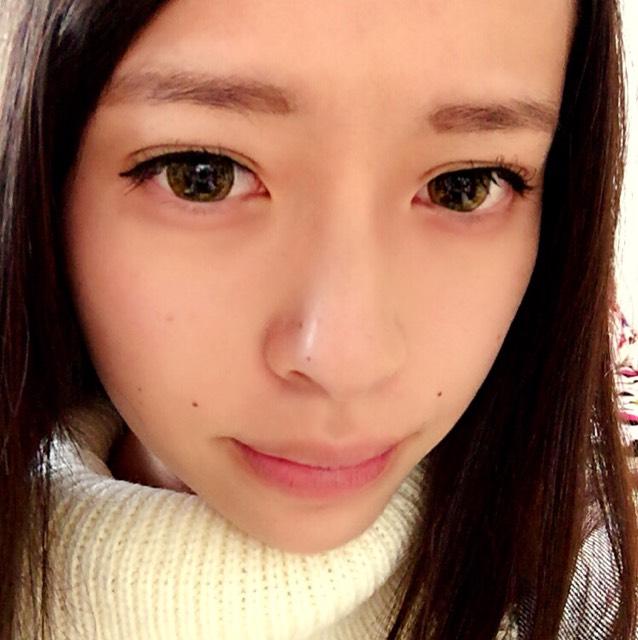 眉毛を書く 目と眉の間が近いと綺麗に見えるので 実際の眉毛の位置より少し下の方にかく
