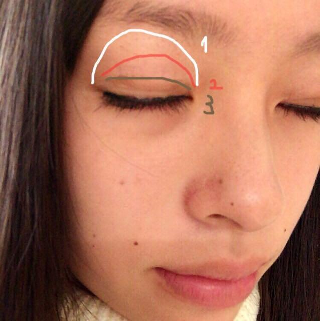 左の写真にあるような感じで! この時、目の中央に指で⑤をポンポンとつけると 目が大きく見える♡
