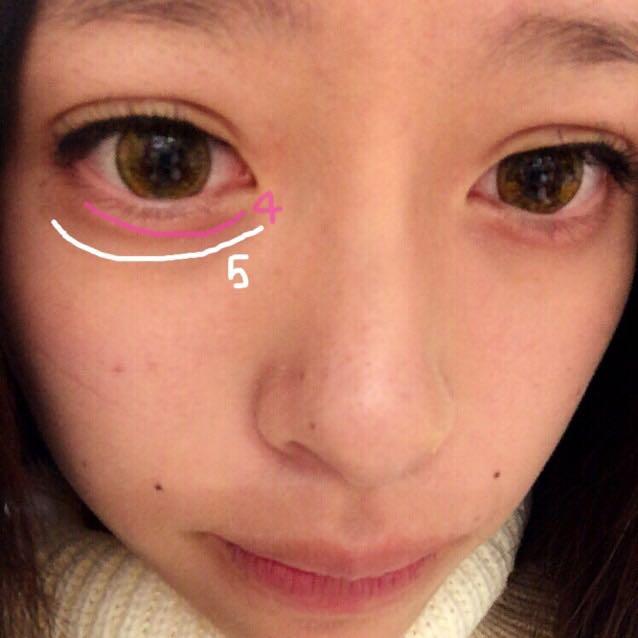 涙袋を強調するために左の写真のようにシャドウを塗る。 ピンクを塗ると目がうるうるしているような感じになるので◎