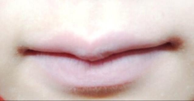 唇の色味をコンシーラーでなくします。 こうすることで発色を良くします。