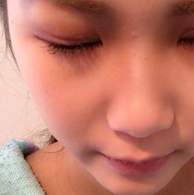 眉頭から鼻筋に沿ってブラウンのシャドー(ラメなし)で影を作り鼻を高く見せます