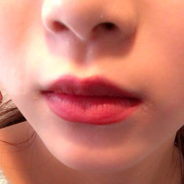 リップライナーで唇を囲い、ちふれの口紅にその中を埋めます