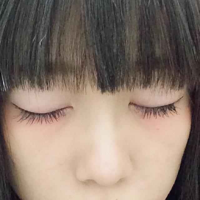 アイラインは目尻に長めに、ロングマスカラでまつ毛を伸ばせば完成です。