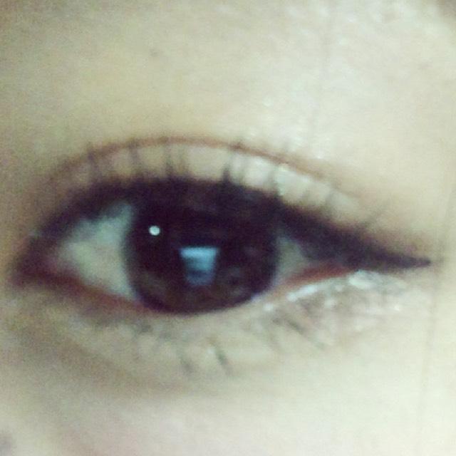 下瞼は、目尻3分の1は濃いブラウン、目頭はラメを塗って、その下にアイブロウで影を作る。  ビューラーでまつげを根元からしっかりあげる。