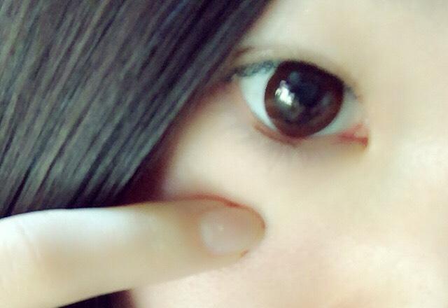 黒目の下の粘膜に茶色のペンシルでうめる