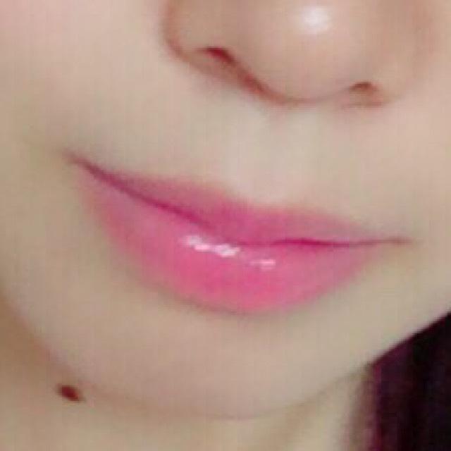唇にDHCのリップを塗ります。 そして全体にちふれの口紅を塗り、中央にだけキャンメイクのを塗って完成です!