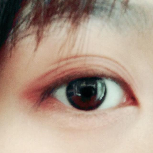 下まぶたの目尻にピンクと濃いブラウンを混ぜて塗る