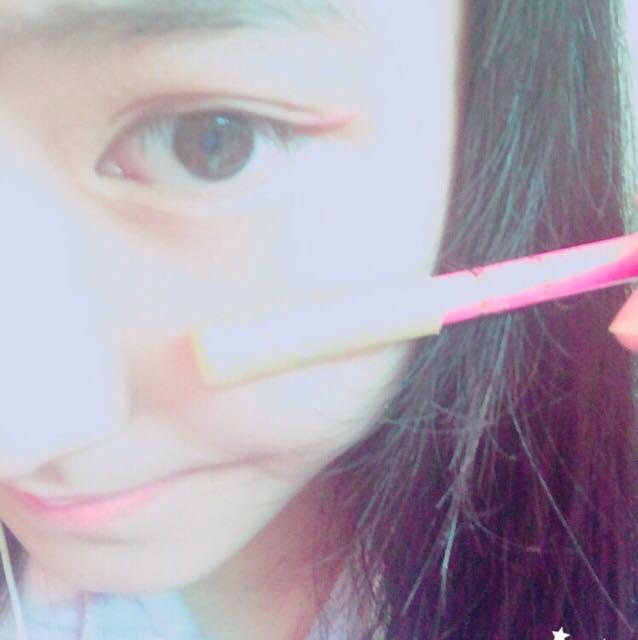 ピンクのアイペンシルを足して、ガーリー感が出るようにします