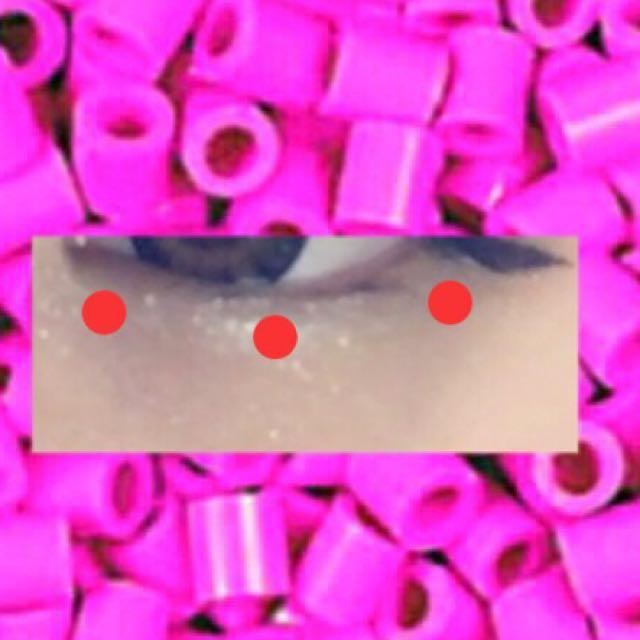 涙袋はクレドポーボーテの白のアイシャドウを涙袋にぬりk-paletのラメを3ヶ所につけ伸ばすように馴染ませます。