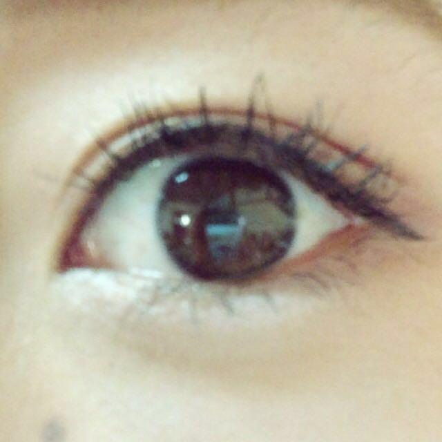 下瞼の目尻に濃いブラウン、目頭にラメを塗りその下にアイブロウで涙袋をつくる。  アイラインは黒目の内側から細く書いて、目尻は少しだけ長く引きたれさせる。 目頭と目尻の高さが同じになるようにする。  ペンシルで目の粘膜をうめる。  まつげをしっかりあげて、上下マスカラ下地、マスカラを塗る。