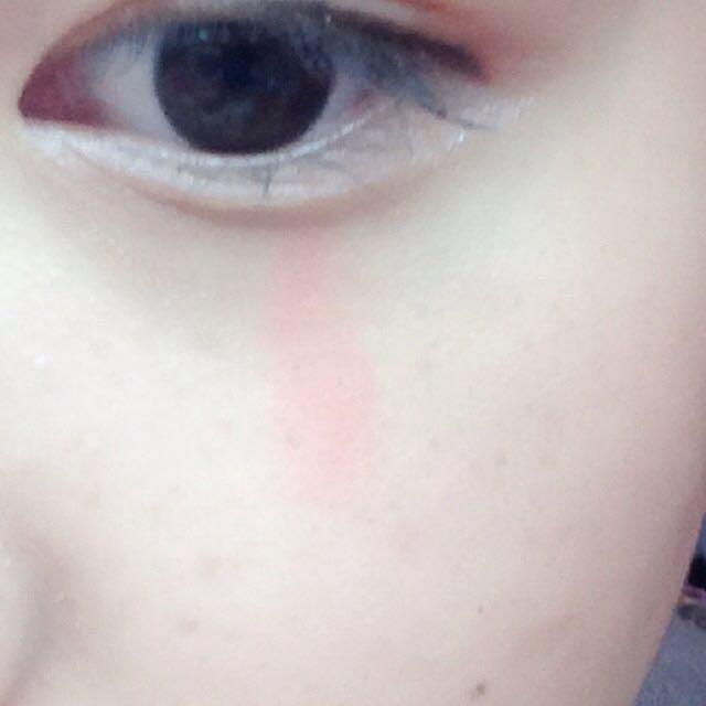チークを目の下に縦に置いて指でぼかします。 ※ちふれの口紅で代用しました~♪