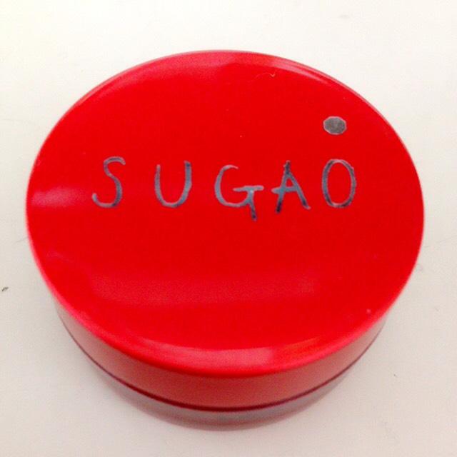 まずSUGAOのスフレ感チーク&リップのじんわりレッドを使います。