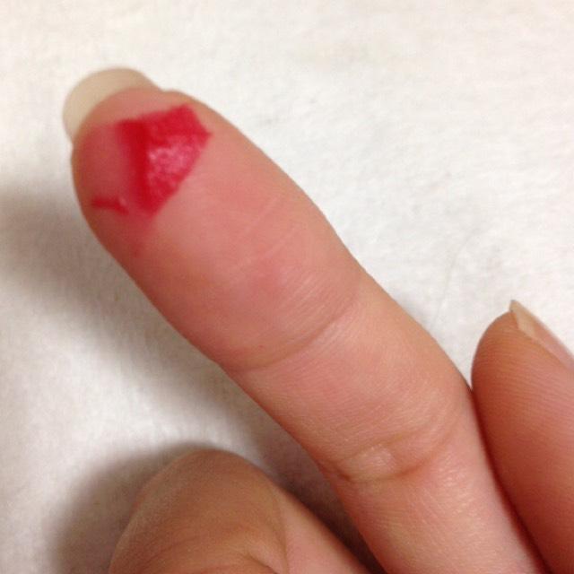 このくらいを指にとり、薄くポンポンとのばします。 この時縦じわもしっかり塗ってください。