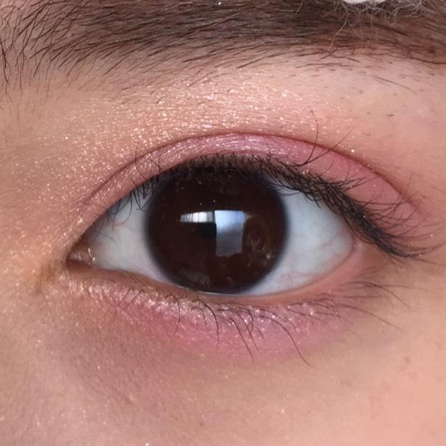 目を開けたらこんな感じです。 黒目の下は、少しピンクを濃くするのがポイントです!