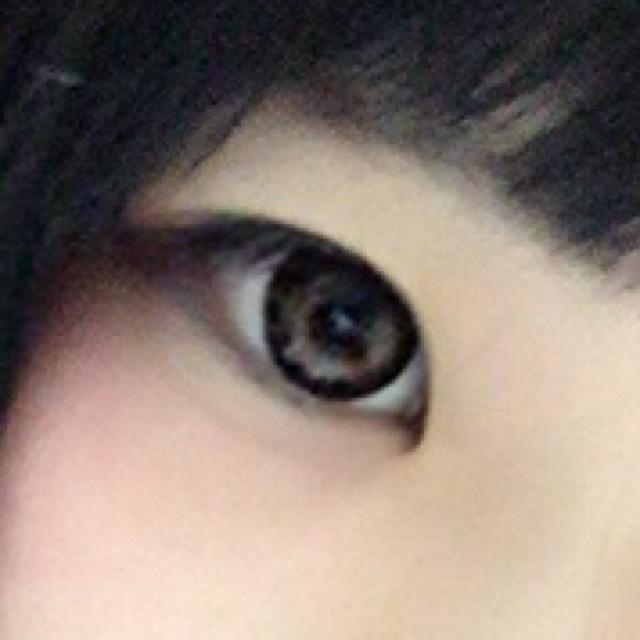 目尻のアイラインはくの字にします。涙袋を書き、その影の下にチークを入れます