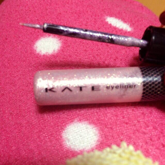 ケイトの涙袋専用のやつです!これを薄ーく塗って手で広げます!結構ピンクピンクしてるから塗りすぎたらケバくなっちゃうんで少しで大丈夫です!