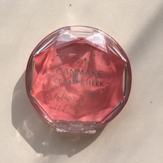チークは自然な血色感を出したいので、薄いピンクを使用します。 これは、キャンメイクのクリームチーク 13番です。