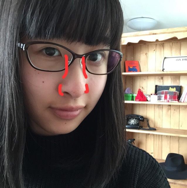 1度、この赤いラインの部分に、綿棒などで線を入れます。 そのあと、指で伸ばしていきます。 ※あくまで、私が鼻が大きいからやっているだけなので、気にならない人はやらなくても大丈夫だと思います。