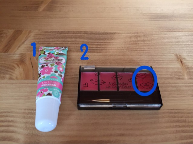 最後に、口紅を塗ります。 1、2の順番でやります。(2だけでもいいのですが、1を塗ることで塗りやすくなります。) 1のリップグロス(透明)を塗ってから、2のリップパレッドの右端のを塗ります。