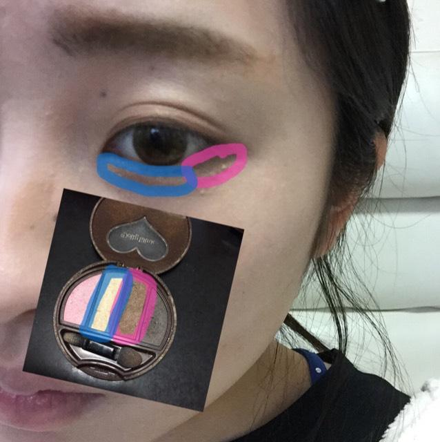 ピンクで囲んでるほうを目尻だけぬります! 青で囲んでる方は涙袋をつくります!黒目の下らへんをすこし多めにのせます!