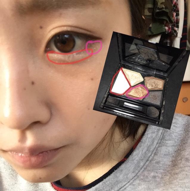 淚袋要濃濃地塗上紅色線框起來的眼影!只在眼尾處塗上粉色線框起來的眼影!