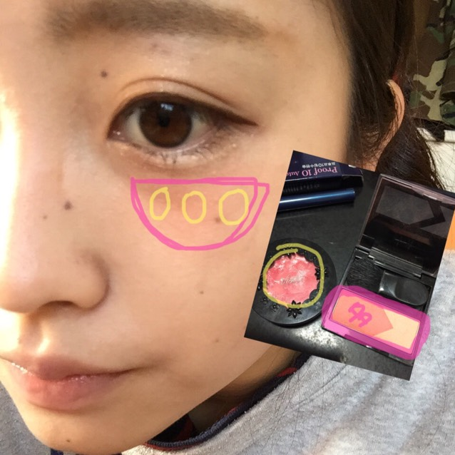 腮紅的部分要先將粉色線框起來的產品塗在緊鄰眼睛的正下方!深色(粉色線框起來的產品)要塗多一點!接著如黃線所示拍點上腮紅霜,並推勻!