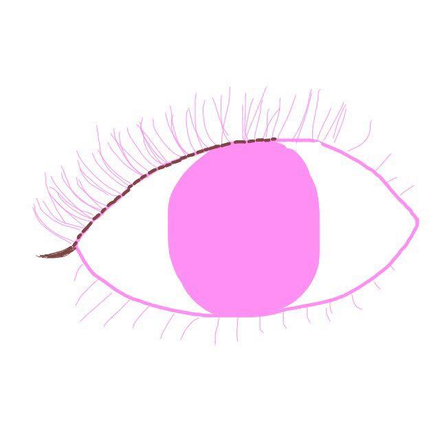 アイラインは、ナチュラルなブラウンで、細めに黒目の上くらいからまつげの間を埋めていきます。目尻は、少しだけはみ出して、自然な感じにさせます! ビューラーでまつげを上げブラウンマスカラを塗ったら目は完成です。