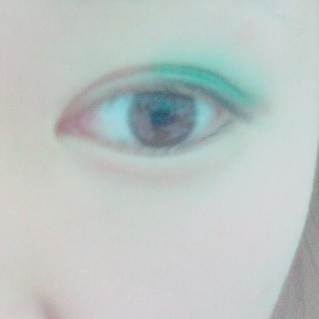 次に目の真ん中から目尻にかけて緑をぬります! 二重幅の中は濃いめで 外に向かってうすくしてくことがPOINT!