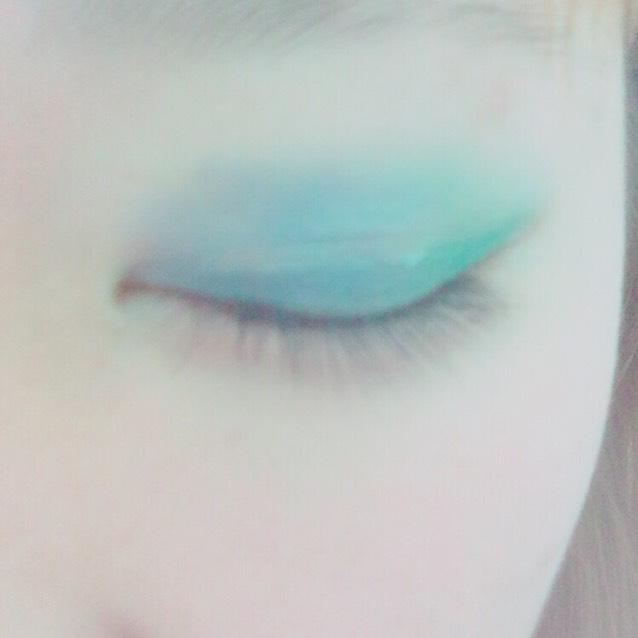目頭から真ん中まで青を塗る! 少し緑に重ねてグラデっぽくする!!