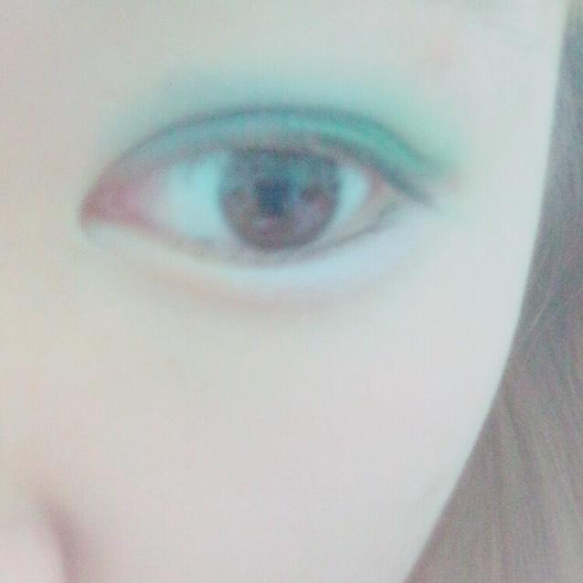 写真では分かりにくいのですが目の下 黒目から目尻にかけてピンクをぬる!